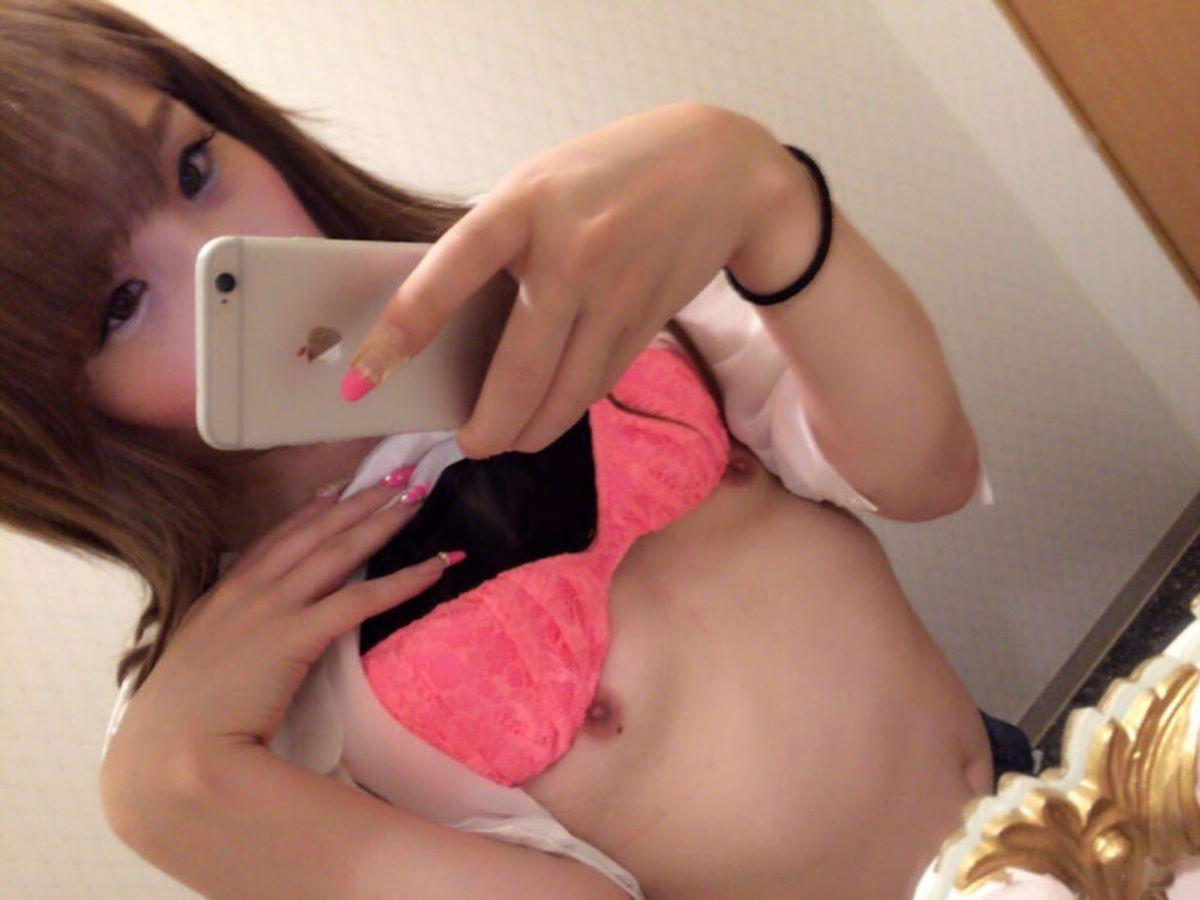 スマホと鏡で全裸を自撮りする女の子 (11)