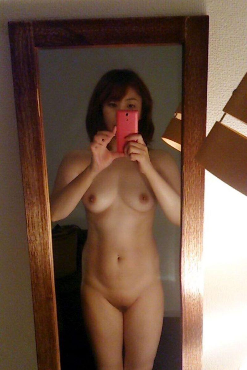 スマホと鏡で全裸を自撮りする女の子 (2)