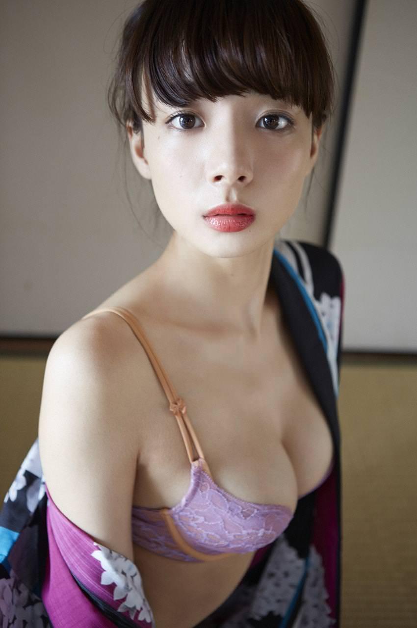 セクシーランジェリー姿のグラビアアイドル (9)