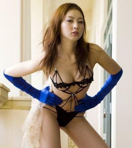 セクシーランジェリー姿のグラビアアイドル (4)
