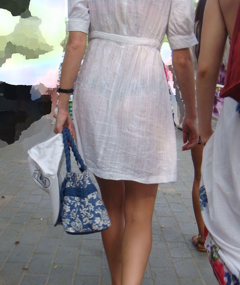 パンティが透けたまま街を歩く女の子 (9)