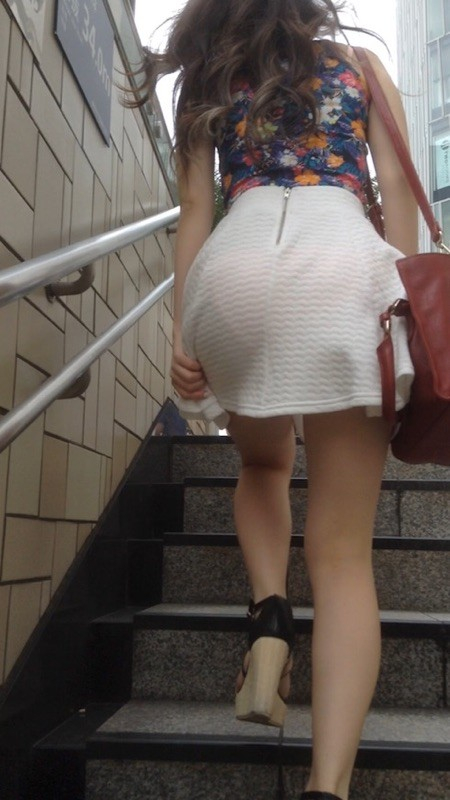 パンティが透けたまま街を歩く女の子 (17)