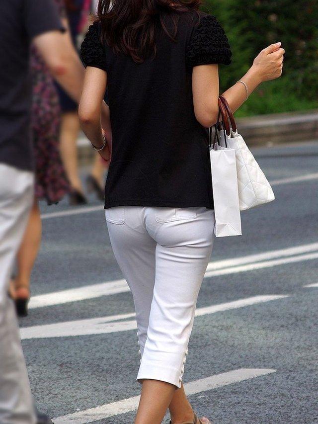 パンティが透けたまま街を歩く女の子 (18)