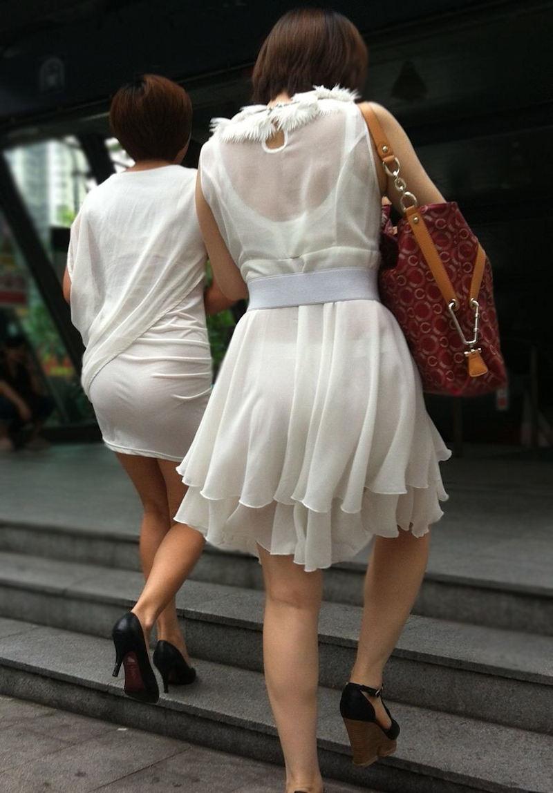 パンティが透けたまま街を歩く女の子 (19)
