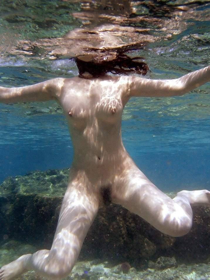 海やプールで水中ヌードを楽しむ (20)