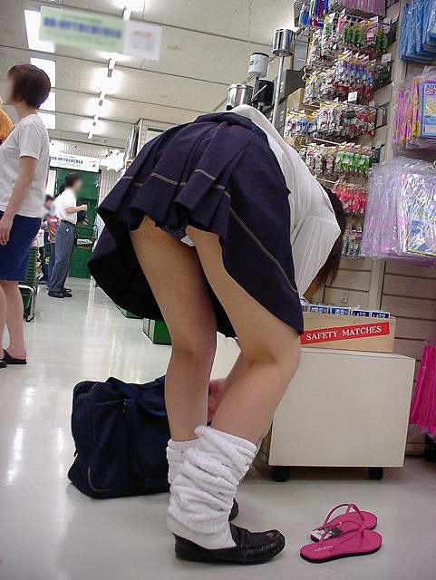 前傾姿勢でパンツ丸見えの女の子 (3)