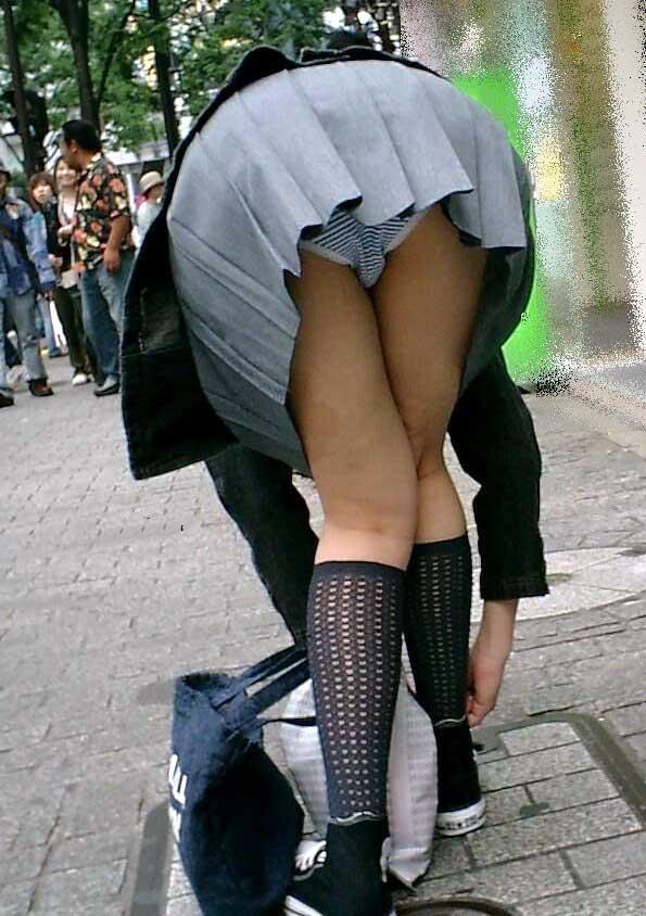 前傾姿勢でパンツ丸見えの女の子 (2)