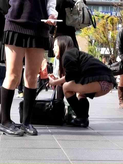 前傾姿勢でパンツ丸見えの女の子 (8)
