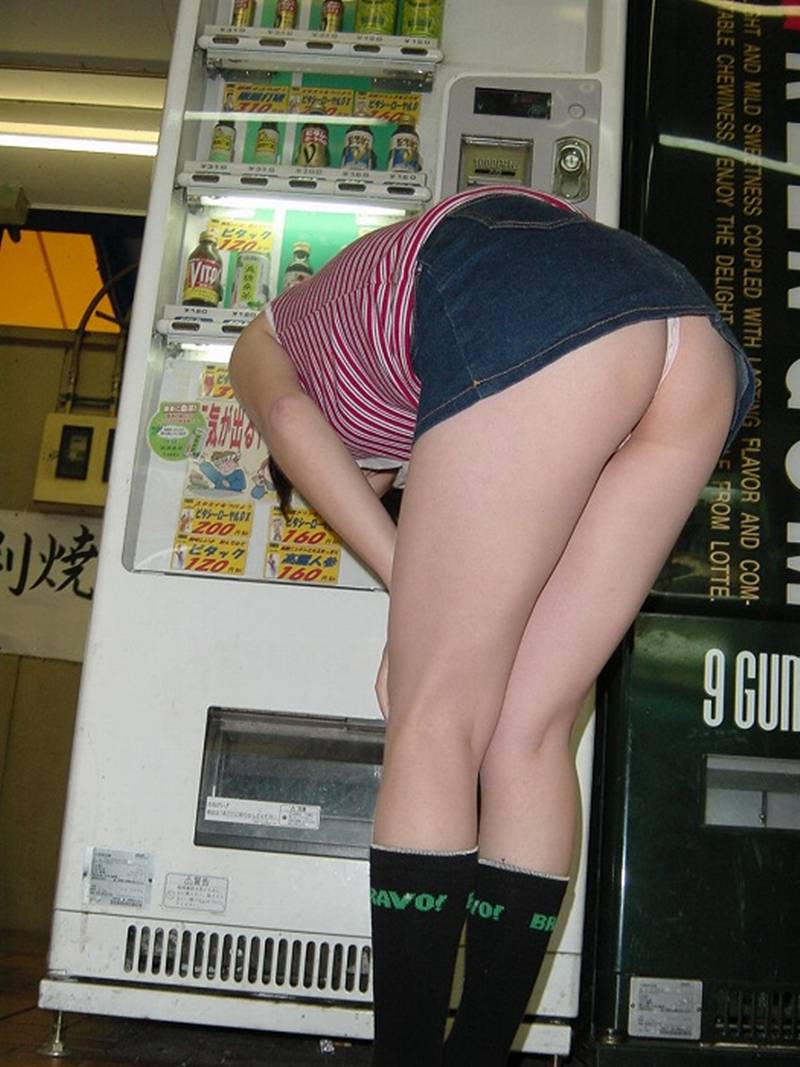 前傾姿勢でパンツ丸見えの女の子 (17)