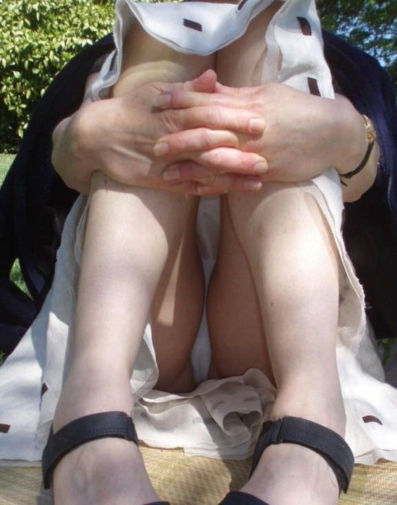 ペタンと座ってパンチラしてる素人さん (14)