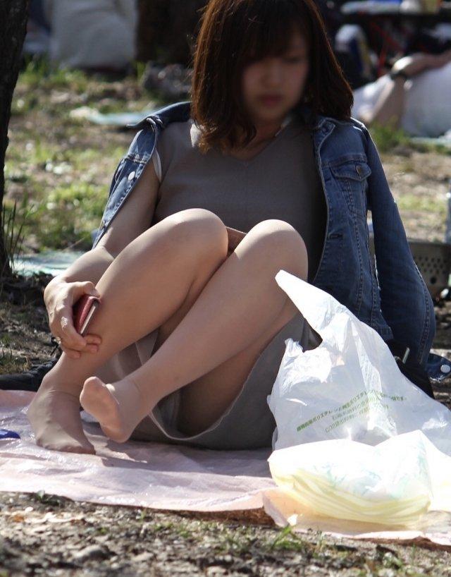 座ったらパンチラしちゃう女の子 (6)