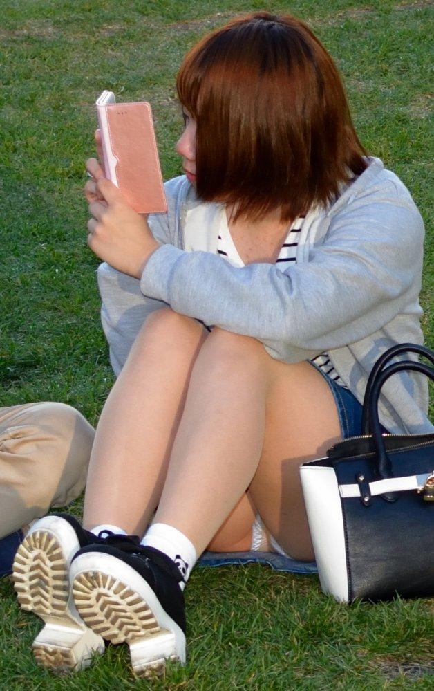 座ったらパンチラしちゃう女の子 (5)