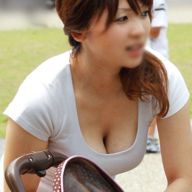 子連れママさんのデカ過ぎる爆乳 (1)