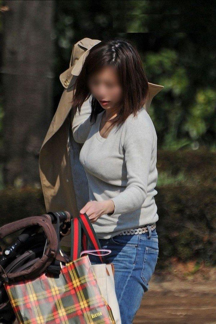 子連れママさんのデカ過ぎる爆乳 (14)