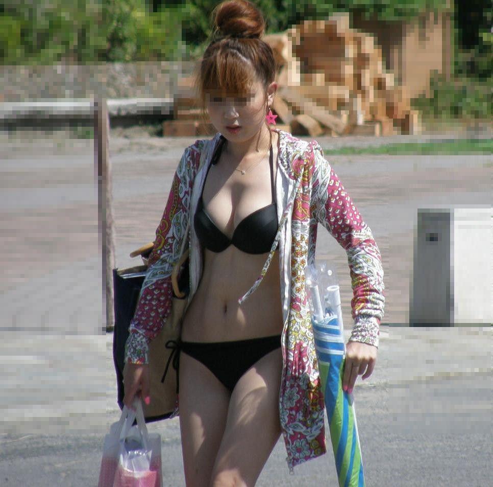巨乳がポロリしそうなビキニ姿の女性 (17)