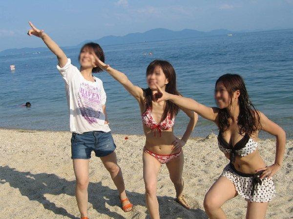 巨乳がポロリしそうなビキニ姿の女性 (15)