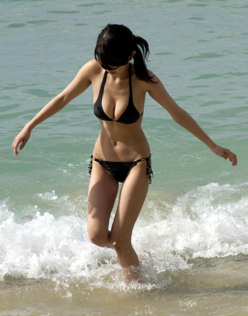 巨乳がポロリしそうなビキニ姿の女性 (6)