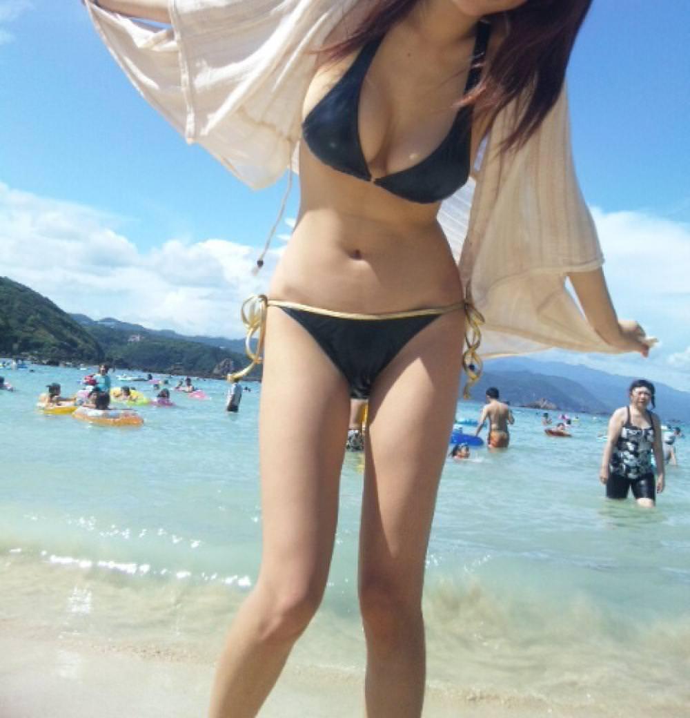 巨乳がポロリしそうなビキニ姿の女性 (13)