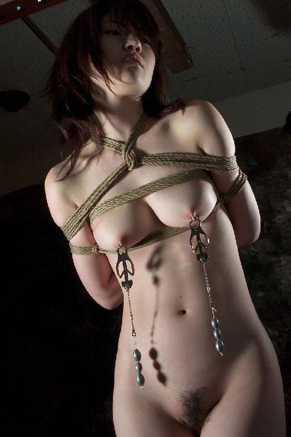 縄で女性を縛るSMプレイ (18)