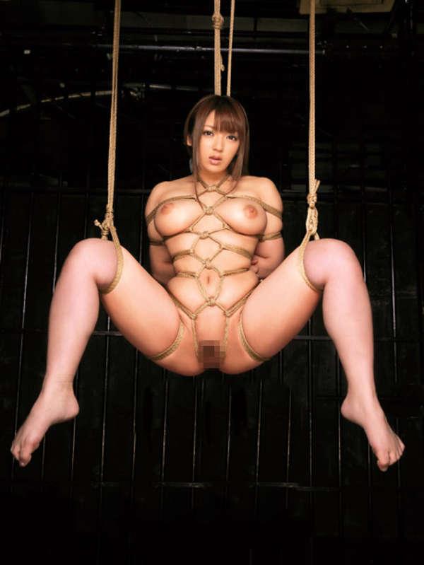 縄で女性を縛るSMプレイ (3)