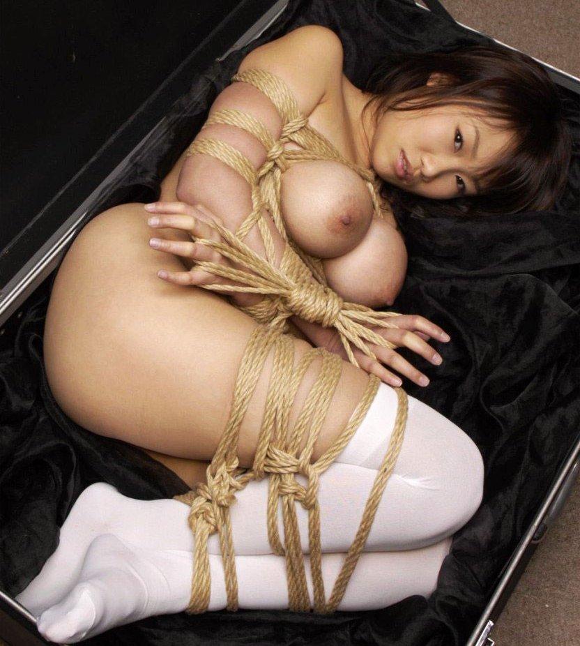 縄で女性を縛るSMプレイ (1)