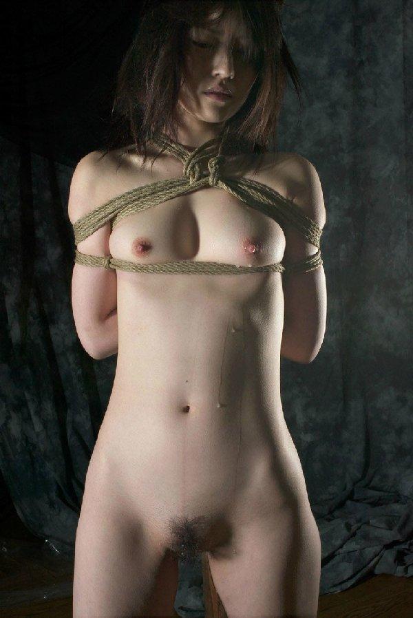 縄で女性を縛るSMプレイ (8)