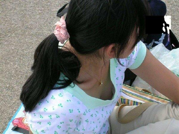 胸チラしてる女の子を街撮り (20)
