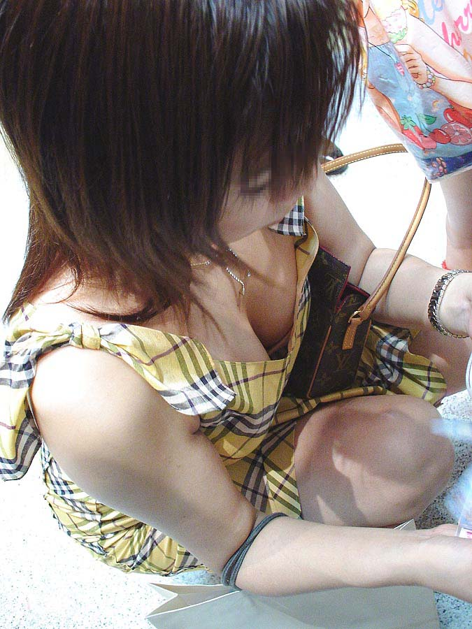 胸チラしてる女の子を街撮り (3)