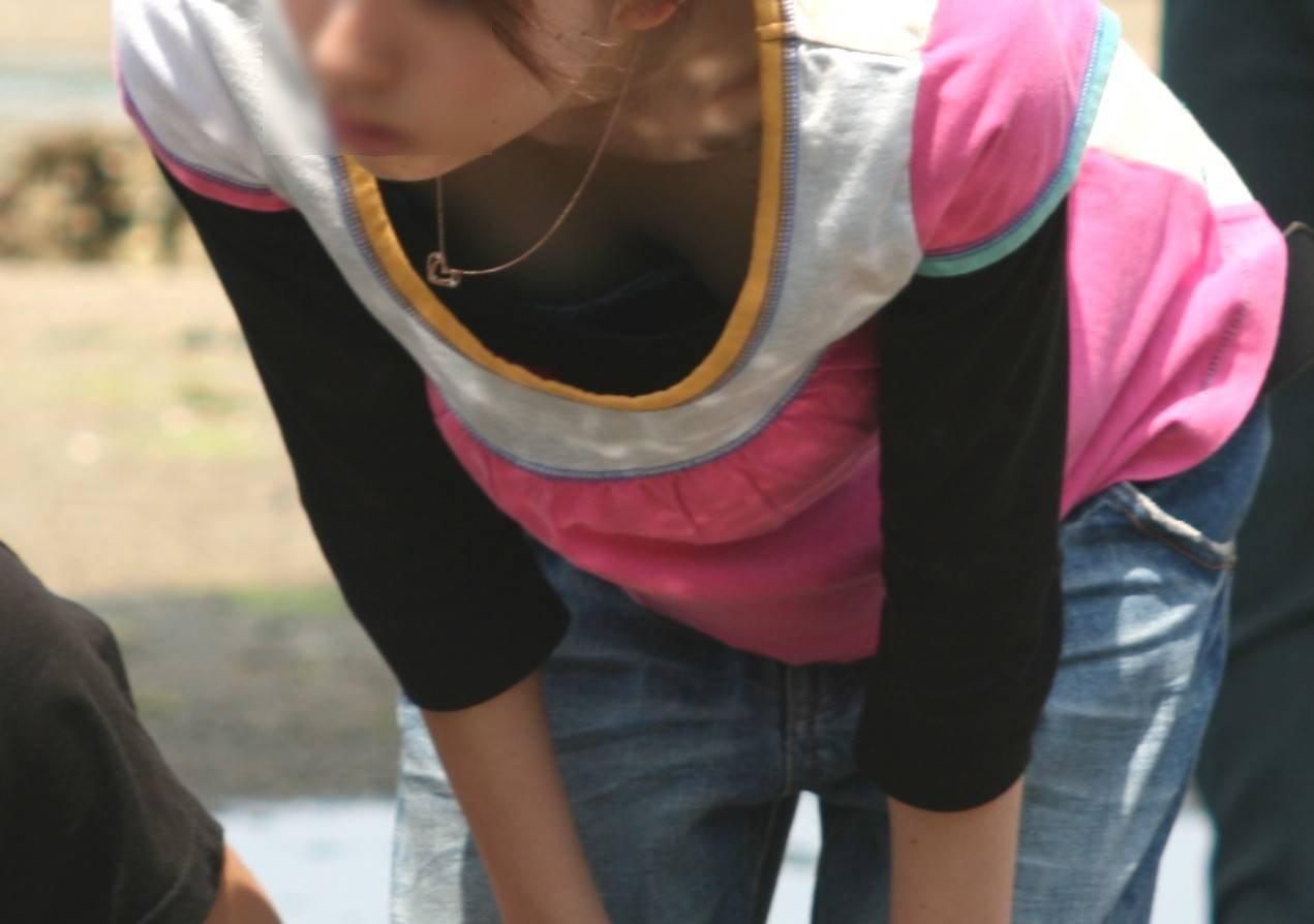 胸チラしてる女の子を街撮り (5)