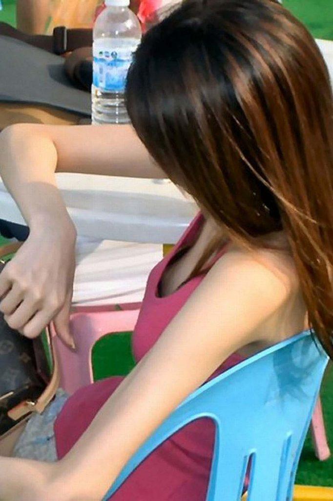 あらゆる隙間から乳首チラしてる女の子 (13)