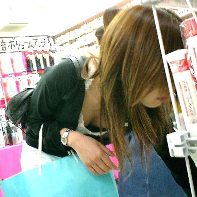店内で胸チラしまくる女の子 (15)