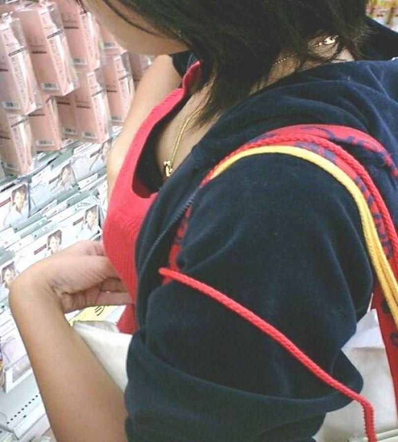 店内で胸チラしまくる女の子 (17)