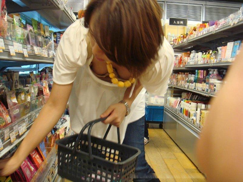 店内で胸チラしまくる女の子 (6)