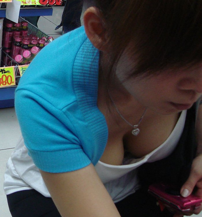 店内で胸チラしまくる女の子 (1)