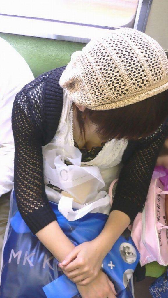 電車の座席に座ってる女の子の胸チラを観察 (17)