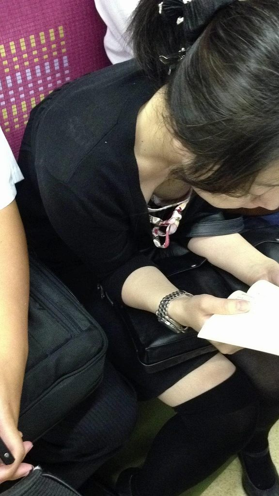 電車の座席に座ってる女の子の胸チラを観察 (18)