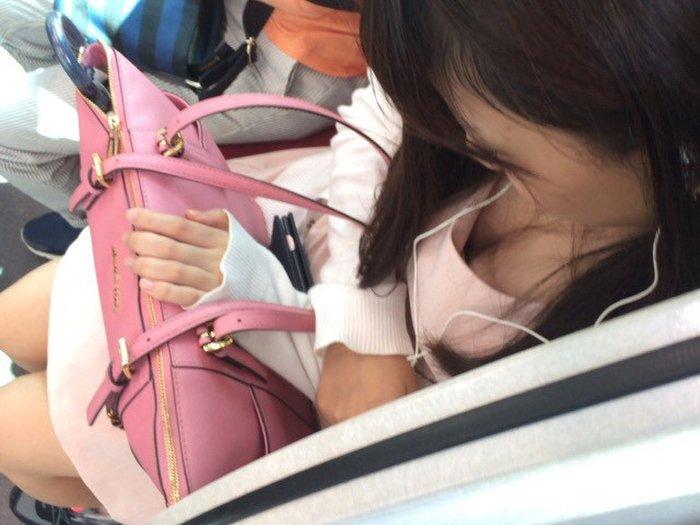 電車の座席に座ってる女の子の胸チラを観察 (7)