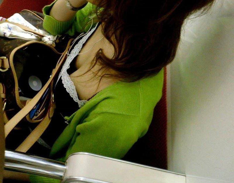 電車の座席に座ってる女の子の胸チラを観察 (5)