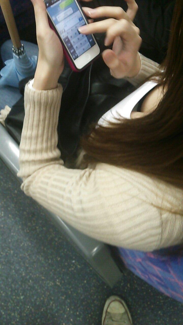 電車の座席に座ってる女の子の胸チラを観察 (13)