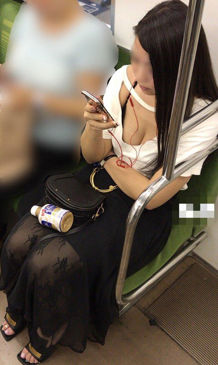 電車の座席に座ってる女の子の胸チラを観察 (10)