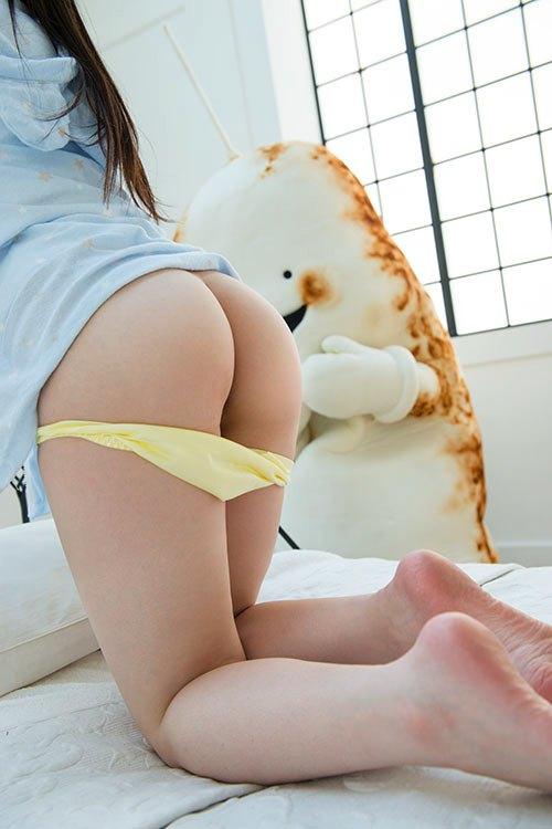 パンツを下ろして半ケツ状態の女の子 (12)