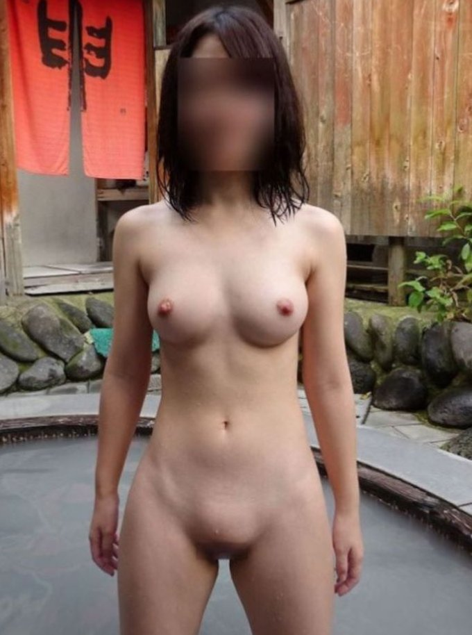 露天風呂で裸のまま女友達に撮られてる (1)