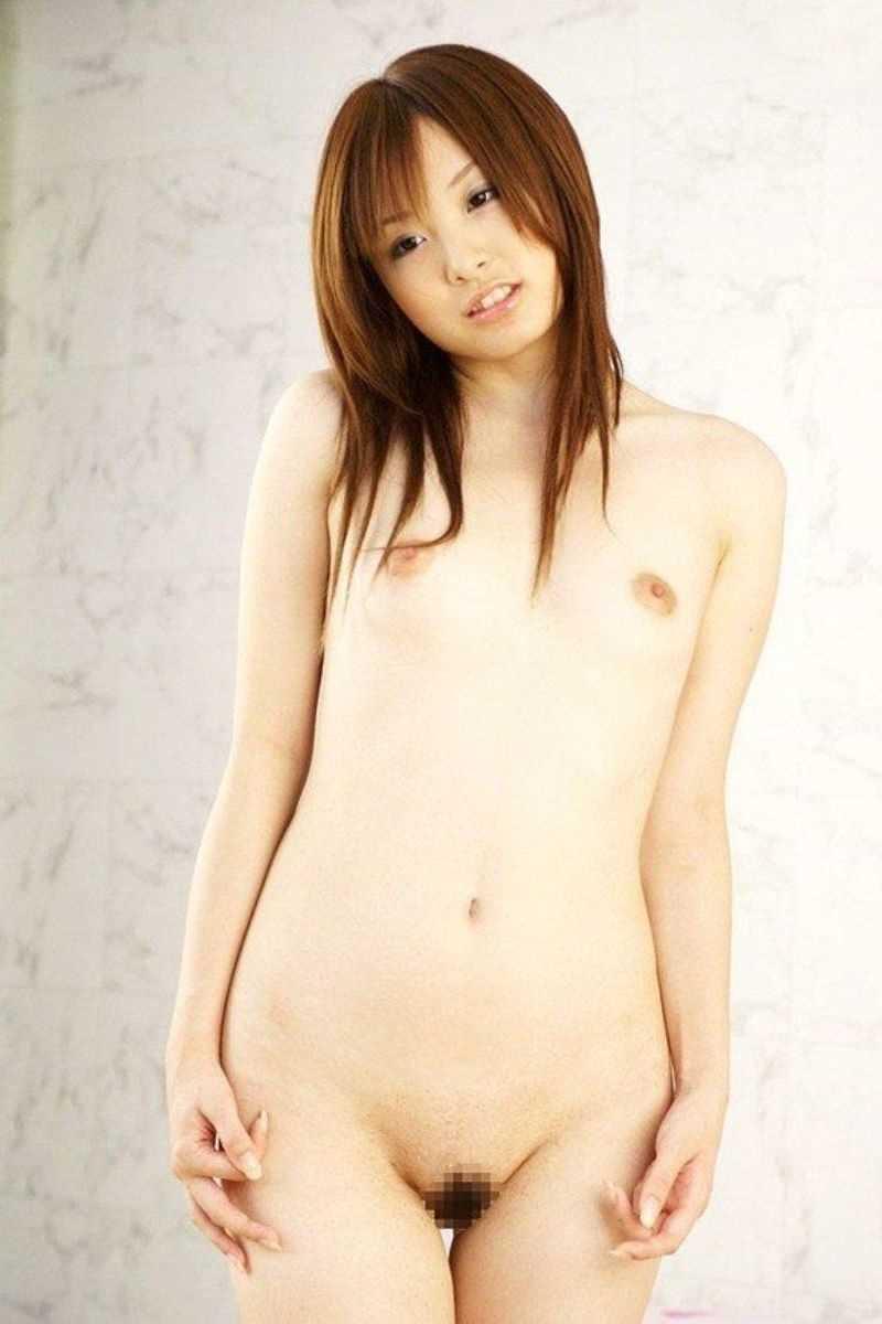 貧乳の可愛い女の子が裸になる (7)