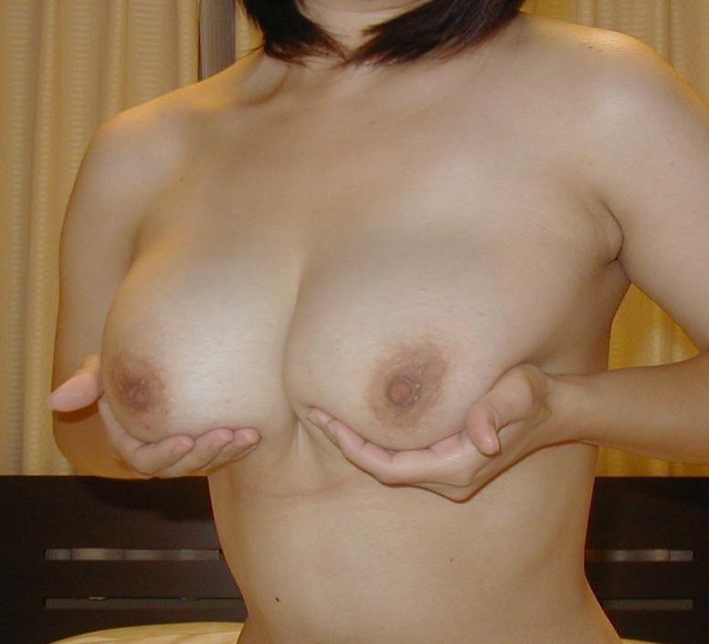 デカい巨乳を持ち上げる女の子 (3)