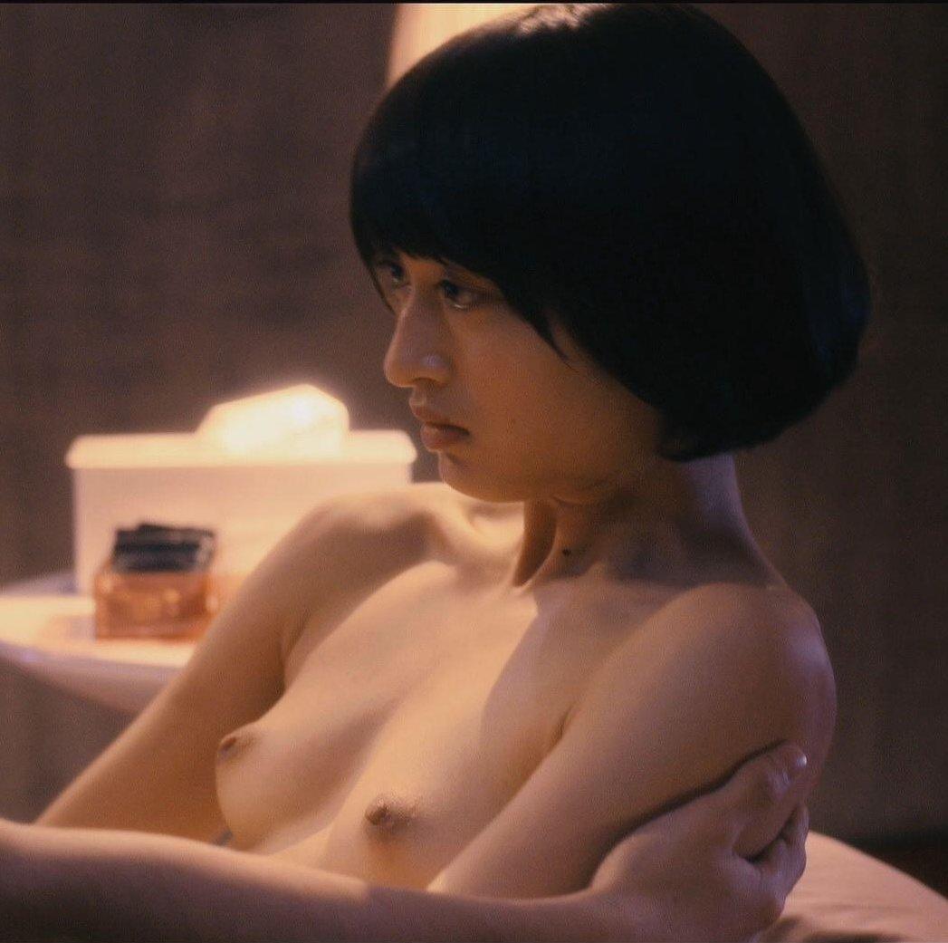 綺麗な女優がベッドシーンで見せた美乳 (2)