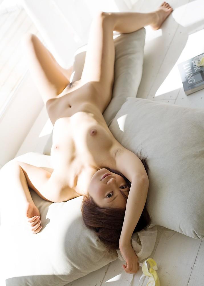 ヌード美女がベッドに横たわる光景 (16)