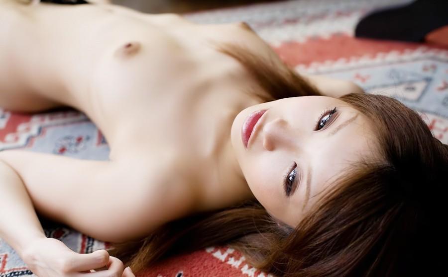 ヌード美女がベッドに横たわる光景 (4)