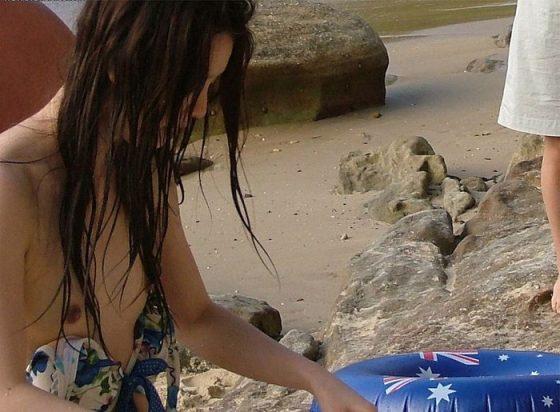 ビキニなどの水着から乳首がハミ出しちゃったハプニング (6)