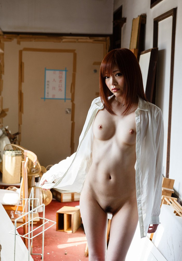荒廃した部屋と全裸の美女 (11)