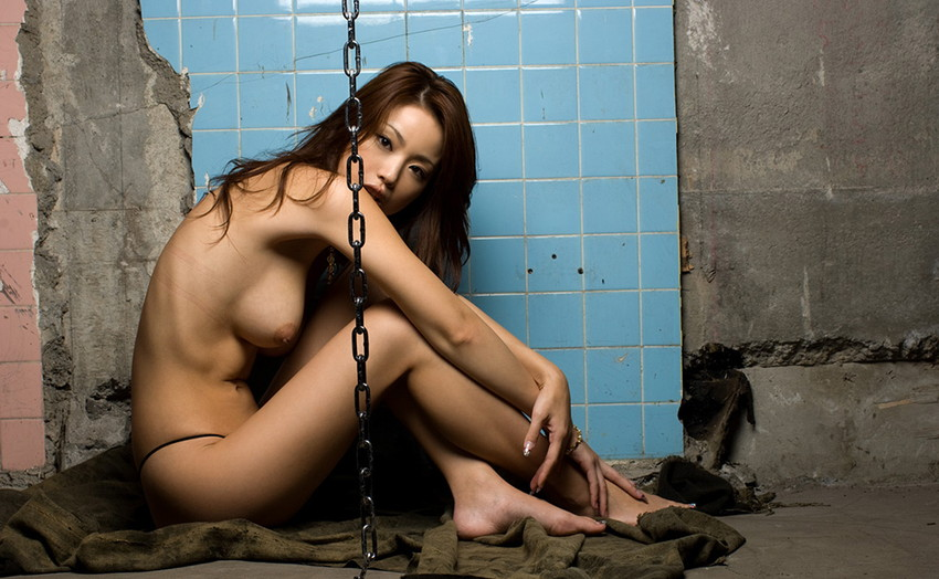 荒廃した部屋と全裸の美女 (9)
